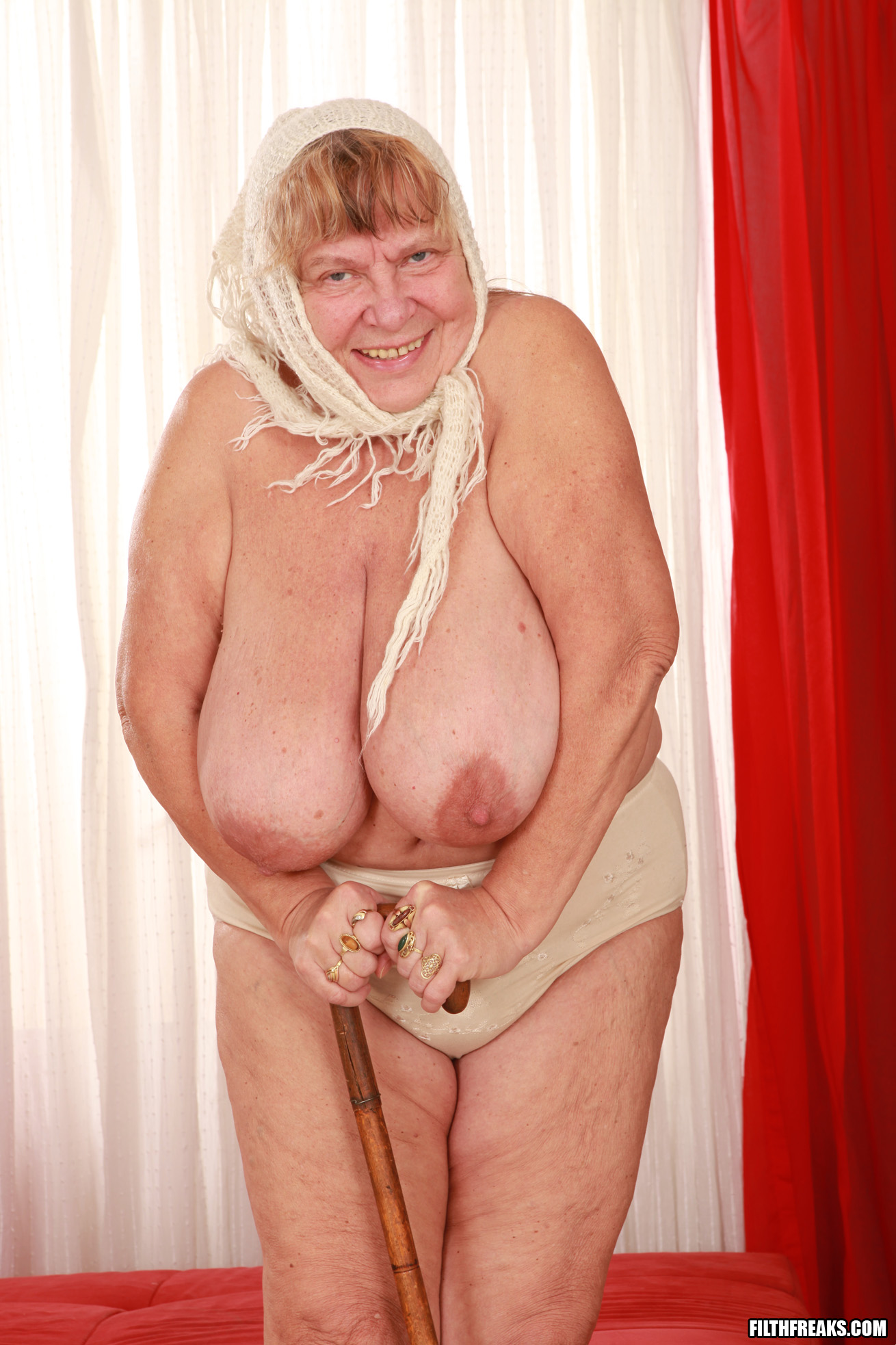 Видео порно старухи с большими сиськами